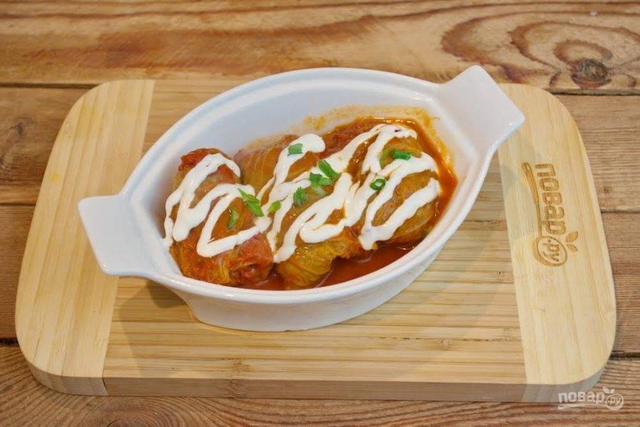 9. Подайте голубцы к столу. Вкусные и ароматные голубцы в сметанно-томатном соусе готовы.