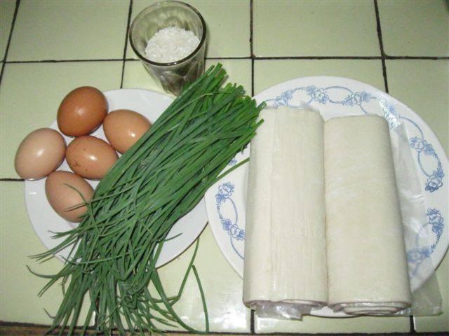1. Вот и весь набор необходимых продуктов. Первым делом нужно отварить 4 яйца и рис (в подсоленной воде).