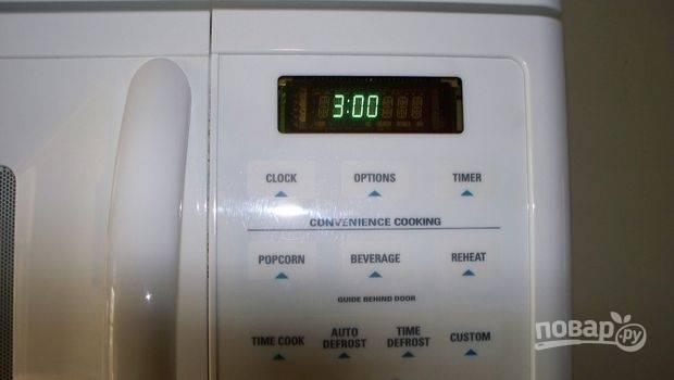 Отправьте чашку с тестом в микроволновую печь на 3 минуты. Вы увидите, как тесто начнет подниматься из чашки. Готовый кекс выложите на тарелку, украсьте сахарной пудрой и угощайтесь!
