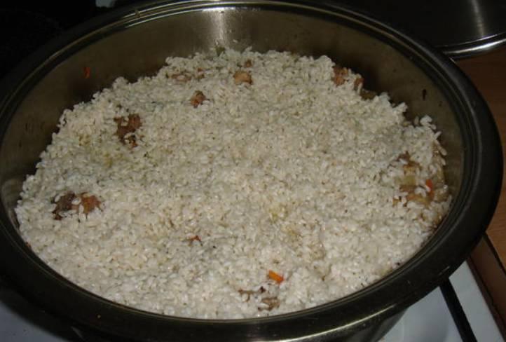 Распределите сверху замоченный рис.