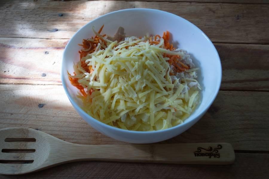 На терке натрите твердый сыр, добавьте его в салатницу.