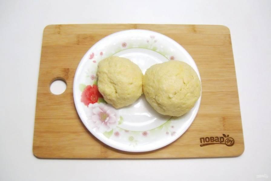 Замесите мягкое, эластичное тесто. Разделите его на две части. Одна часть должна быть чуть меньше другой. Заверните в пищевую пленку и отправьте в морозильную камеру на час.