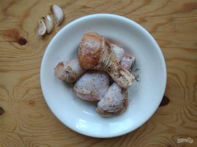 2. Вначале курицу промойте, а потом натрите солью, перцем и приправой.