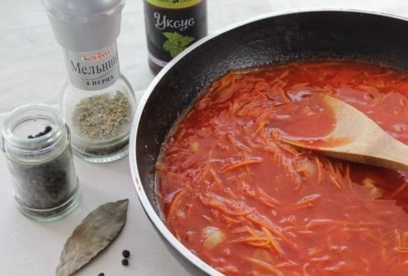 10. Теперь самое время добавить соль, немного сахара, перец и томатную пасту. Влить пару капель уксуса и развести чистой водой. Довести все до кипения.