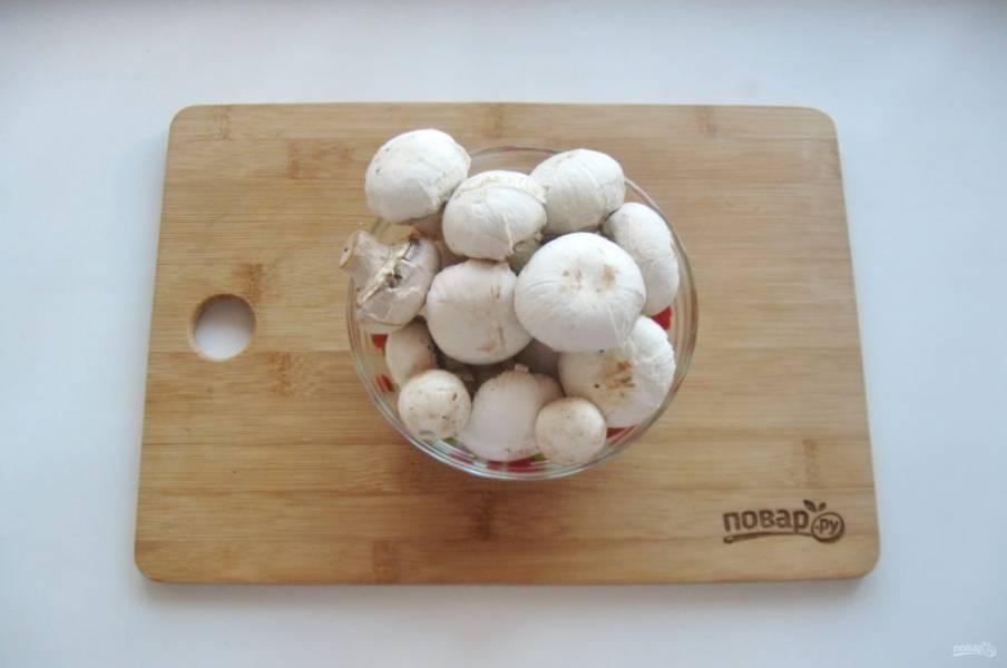 Шампиньоны очистите и промойте. Крупные грибы разрежьте на две части. Мелкие и средние можно не резать. В процессе варки они станут гораздо меньше.