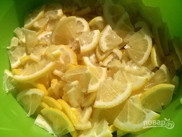 1. Лимоны тщательно вымойте, нарежьте вместе с кожурой на тонкие четвертинки и залейте холодной кипяченой водой. Обязательно удалите косточки! Отставьте на сутки, чтобы убрать из лимонов горечь.