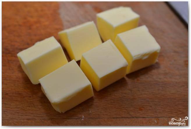 Масло рубим на 6 одинаковых кубиков.