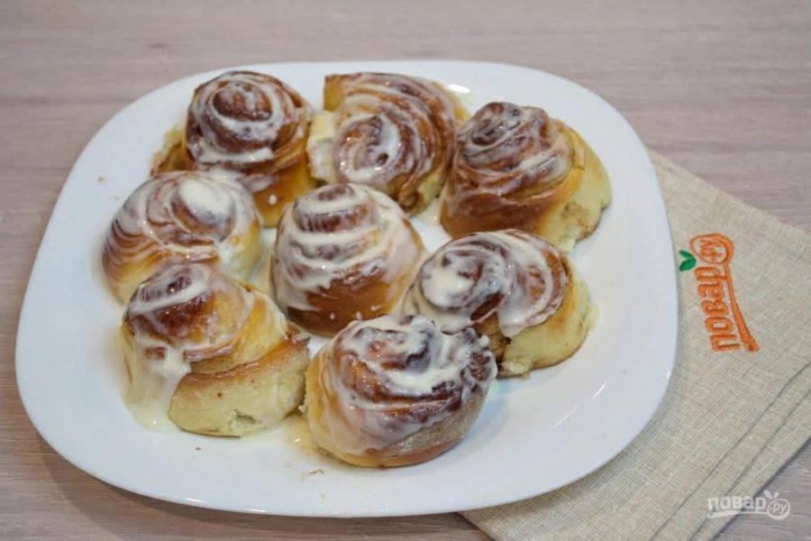 14. Готовые булочки достать из духовки. Дать немного остыть. Еще теплыми смазать полученным кремом.