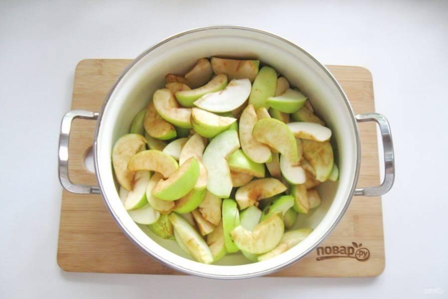 Нарезанные яблоки выложите в кастрюлю или таз.
