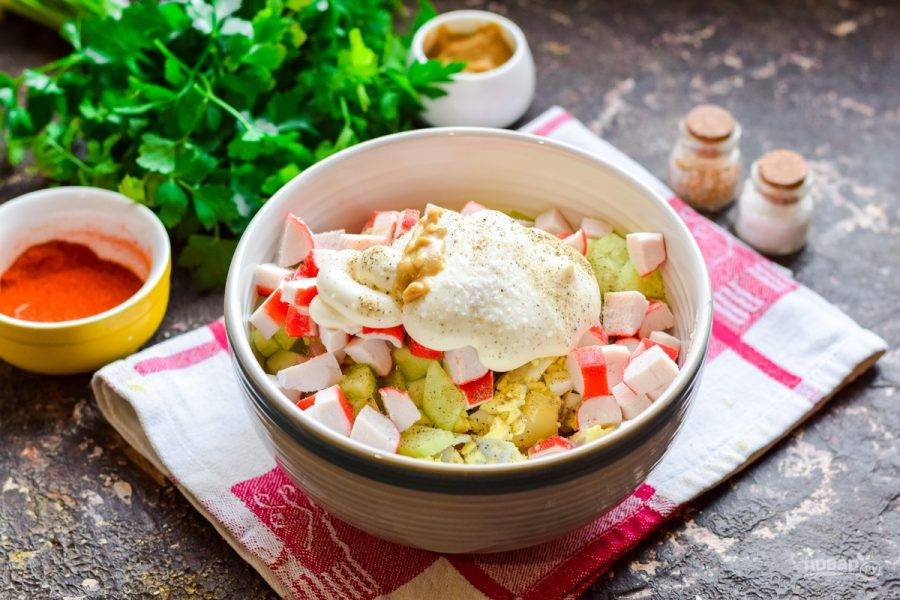 Заправьте салат майонезом, добавьте немного горчицы, соль и перец по вкусу. Перемешайте салат и подавайте к столу.