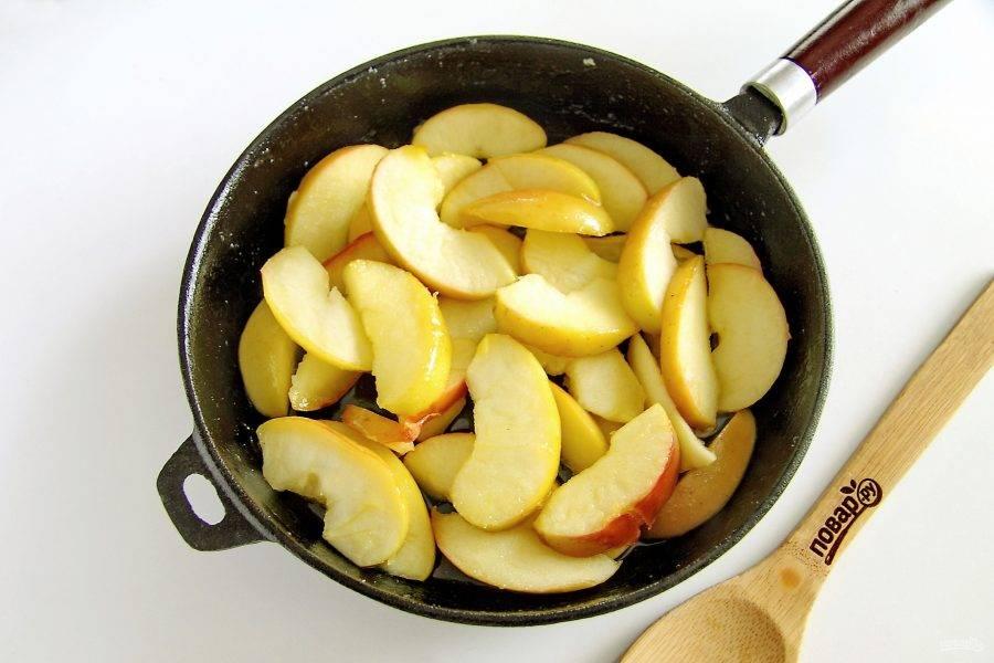 В сковороду добавьте 60 грамм сливочного масла и 3-4 ст.л. сахара. Прогрейте пару минут и добавьте нарезанные яблоки. Тушите яблоки до полуготовности, аккуратно перемешивая около 5-7 минут.