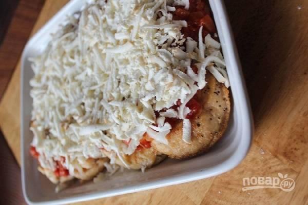 4. Теперь можно выложите филе в жаропрочную форму ровным слоем. Сверху добавить томатный соус и тертую моцареллу. Отправьте форму в духовку.