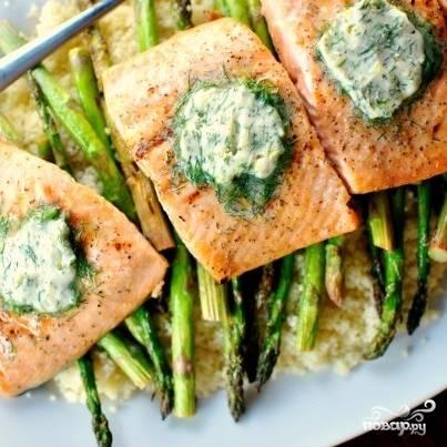 11. Подавайте лосось с овощами и маслом. Приятного аппетита!