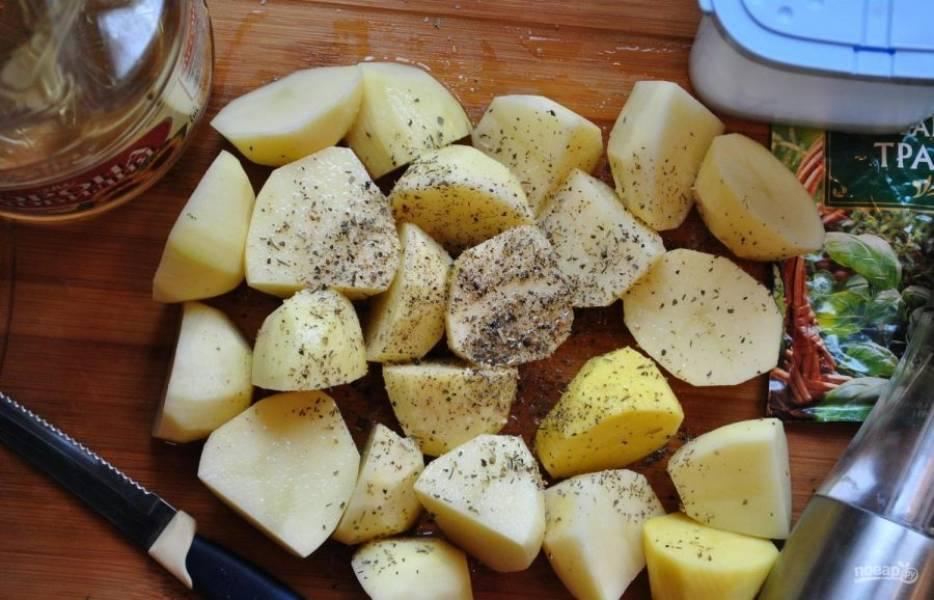 Картофель почистите, промойте и нарежьте на 4 или 8 частей. Потом перемешайте его с прованскими травами, маслом, солью и перцем. Переложите картошку в глубокую форму для выпечки.