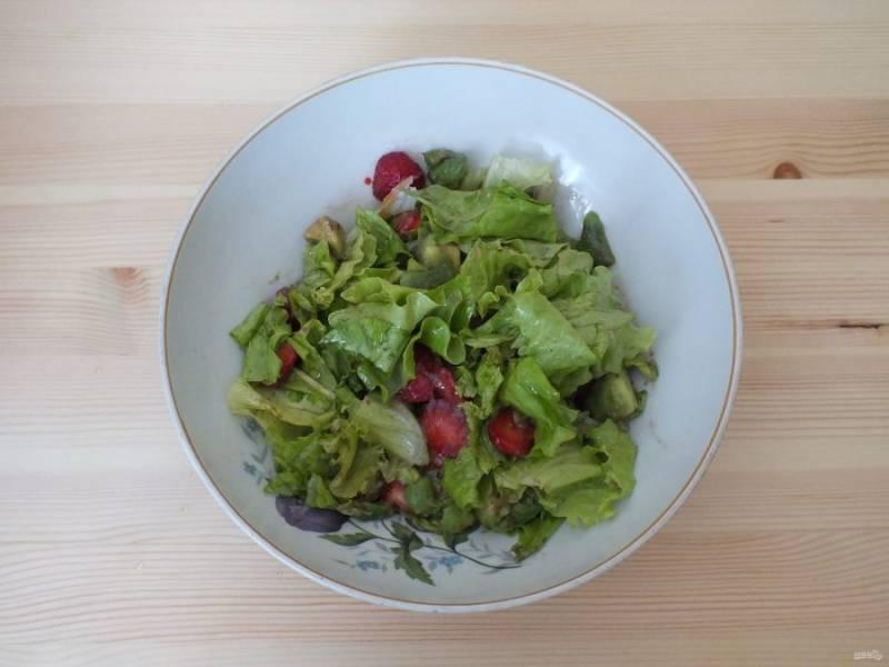 Заправьте салат.