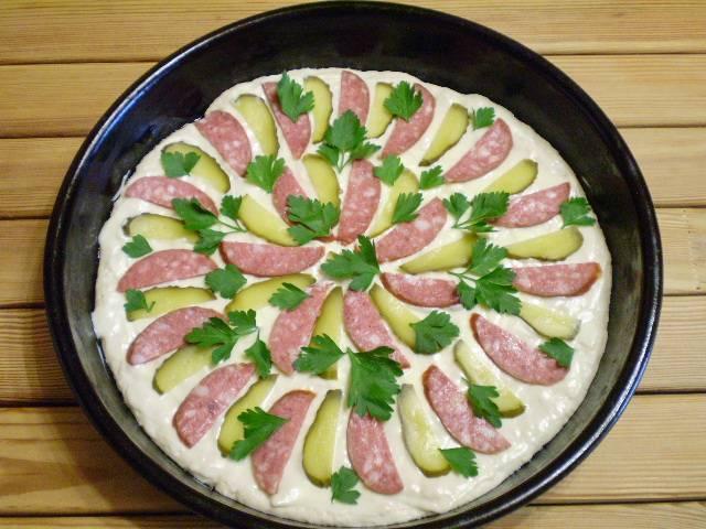 11. Выложите колбасу и соленые огурцы, листочки петрушки.