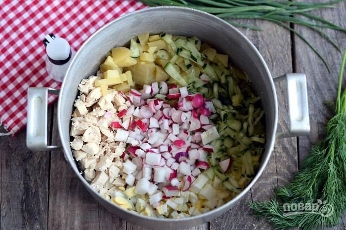 6.Все подготовленные ингредиенты выложите в большую кастрюлю, где будете делать окрошку.