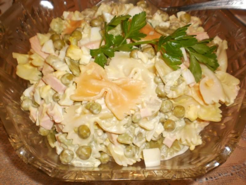 Смешиваем все ингредиенты в салатнице, солим и заправляем майонезом. Тщательно перемешиваем. Приятного аппетита!