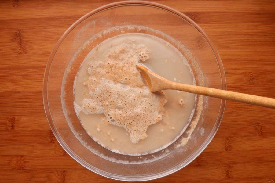 Через 12 часов опара подошла и можно готовить тесто. В опару добавьте 200 мл теплой воды.