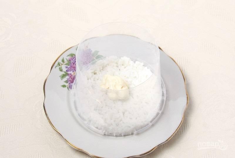 3.На тарелку ставлю форму и выкладываю слой отварного риса, который смазываю майонезом.