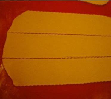 Раскатаем тесто на кусочки шириной по 5 или 6 сантиметров.