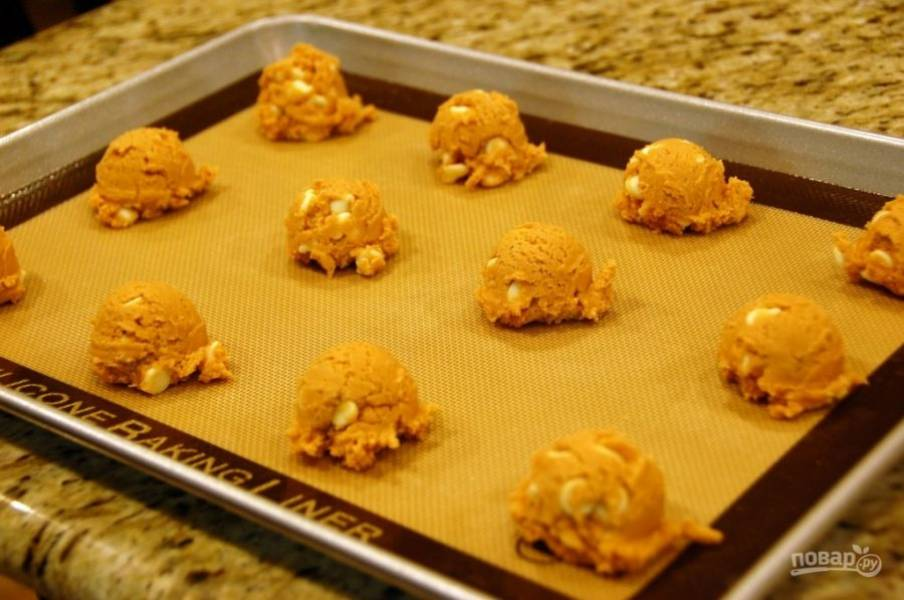 6.На противень выложите по 1,5 столовые ложки теста на одно печенье, распространите на небольшом расстоянии друг от друга.