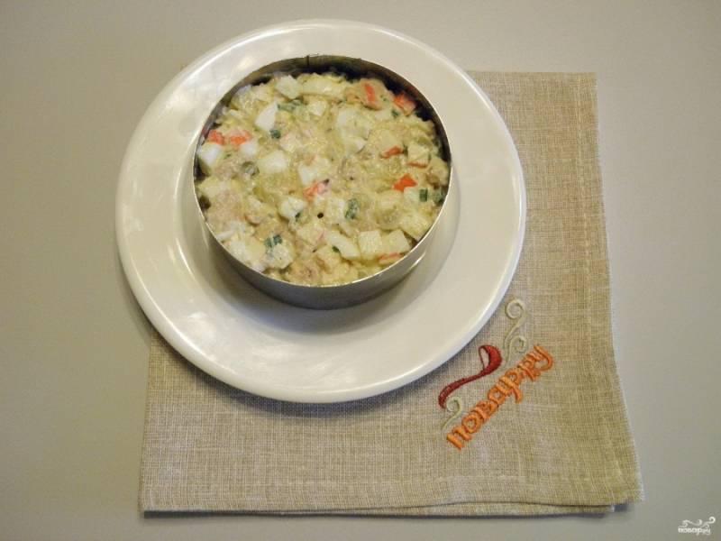 Салат подайте порционно. Разложите по тарелочкам с помощью сервировочного кольца. Утрамбуйте.