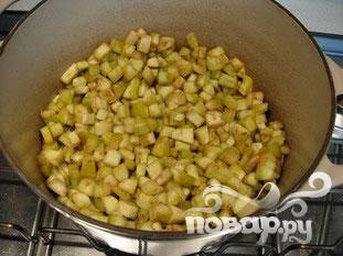 Нагреть 4 столовые ложки оливкового масла в большой кастрюле.  Добавить баклажаны, соль, перец и жарить 4-5 минут.