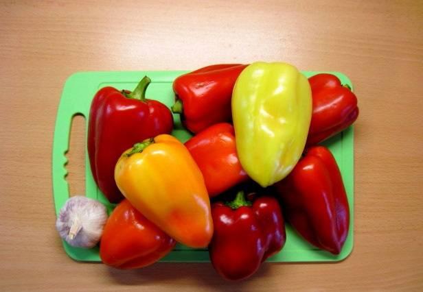 Прежде всего нам необходимо подготовить овощи. Перец очищаем от семян и промываем, чеснок так же чистим.