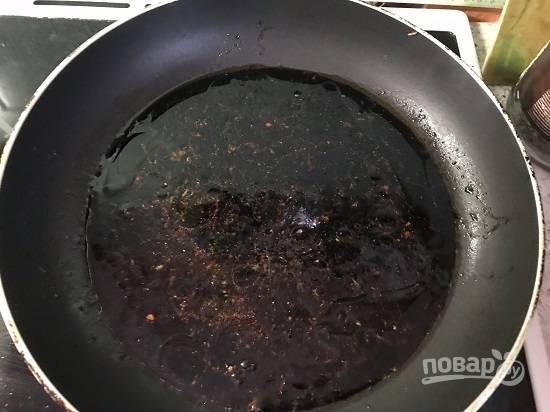 6. После того, как лосось обжарится, в ту же сковороду выливаем остатки соуса, даем ему закипеть и отставляем.