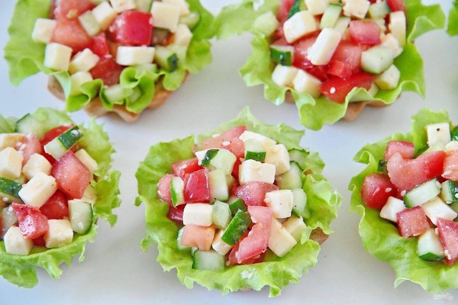 Сверху положите щедро начинку. Овощные тарталетки готовы. Осталось их украсить свежей зеленью, например укропом, и подать к столу.