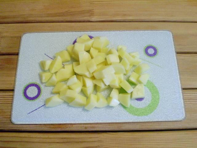 5. Картофель порежьте кубиками или кусочками.