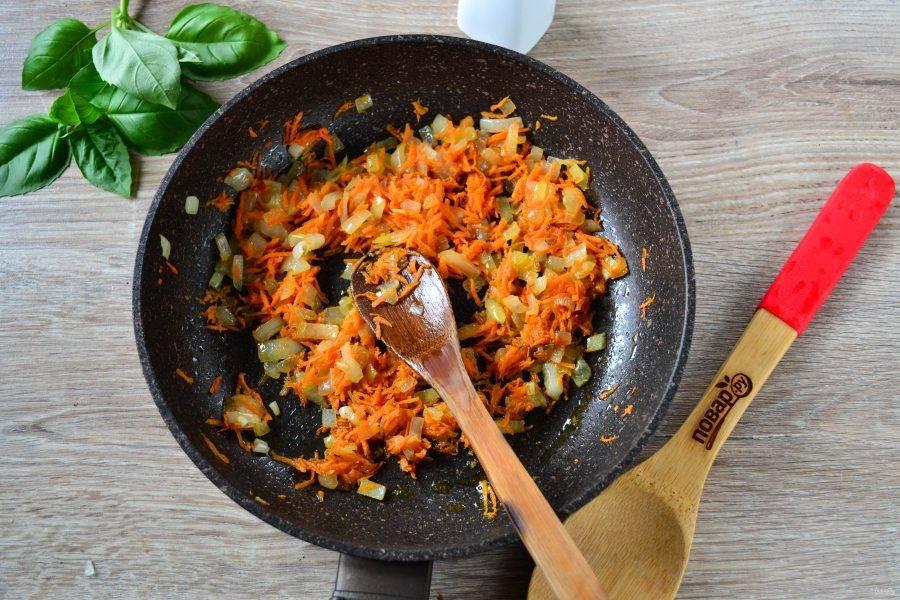 Тем временем обжарьте лук вместе с морковью в растительном масле до мягкости.