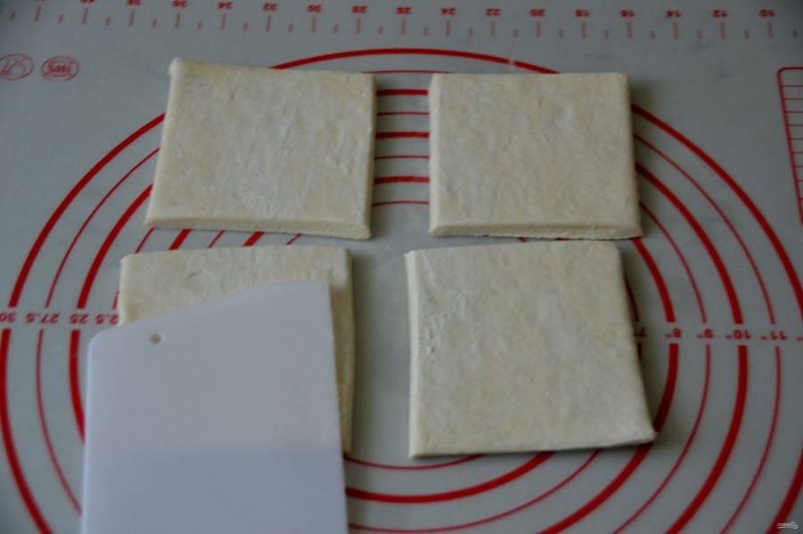 Разделите пластину готового слоеного теста на 4 части.