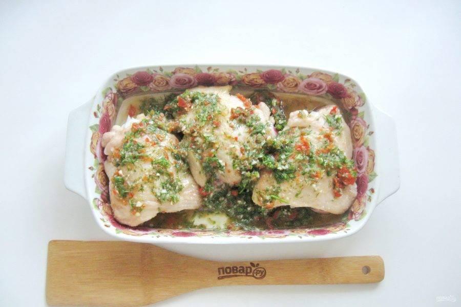 Приготовленным соусом покройте курицу и выложите его в форму.