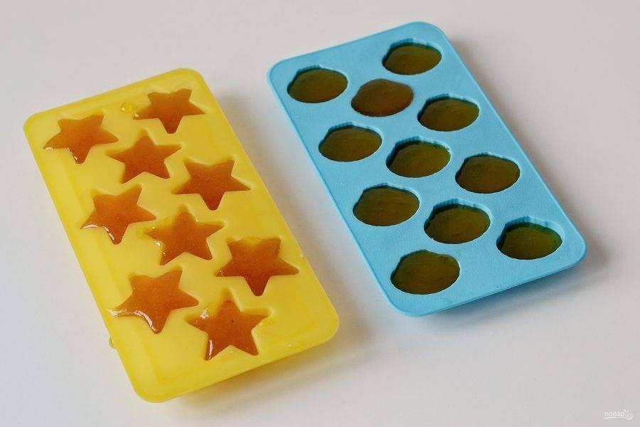 Заполните массой силиконовые формы. Отправьте в холодильник на 8 часов.