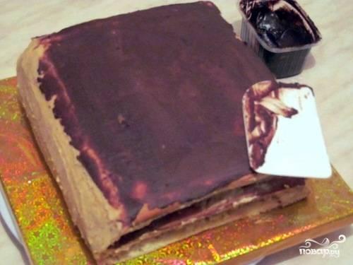4. Растапливаем шоколад, взбиваем его со сливочным маслом. Затем полученной массой промазываем все края. Я пользуюсь кондитерской лопаткой, напоминающей шпатель.
