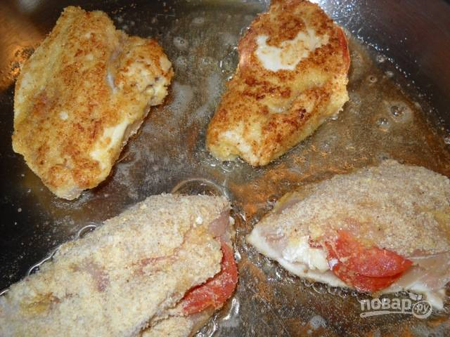 6.Разогрейте сковороду с растительным маслом, выложите мясо и обжаривайте с двух сторон до золотистой корочки. Отправьте обжаренные грудки в разогретый до 180 градусов духовой шкаф на 20-25 минут.