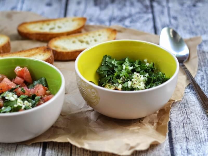 Укроп, петрушку режем, добавляем измельченный чеснок и к баклажанам.