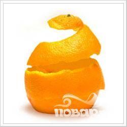 С апельсинов снять кожуру и порезать ее тонкими полосками длиной по 4-5 см.