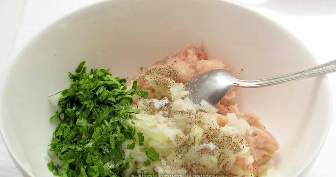 3. Смешиваем фарш с луком и зеленью. По вкусу добавляем специи.