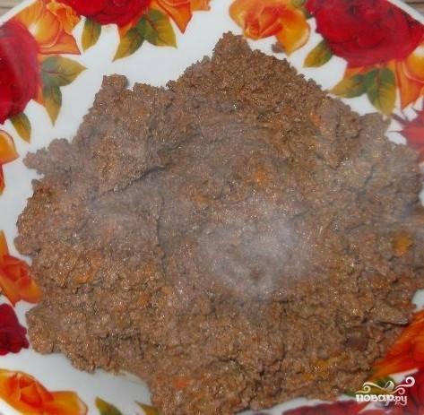 6.Прожаренные ингредиенты размельчите на мясорубке.