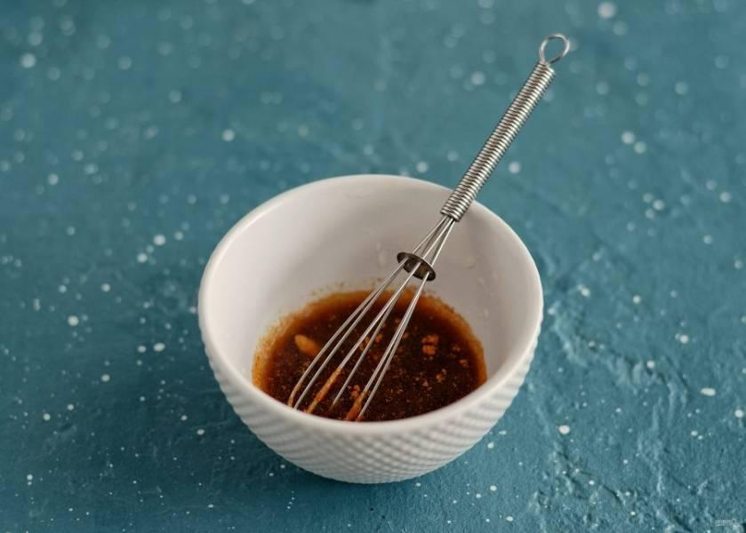 Смешайте соевый соус, лимонный сок, красный перец чили и мелко натертый чеснок.