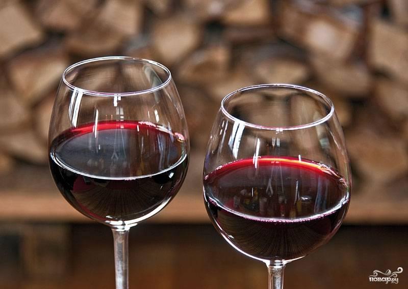 Закрываем банку гидрозатвором. Храним в темном месте еще 7-12 суток. Раз в неделю снимаем пленочку с пенкой. Вино фильтруем, избавляя его от осадка. Спустя месяц наш черноплодный напиток можно употреблять!