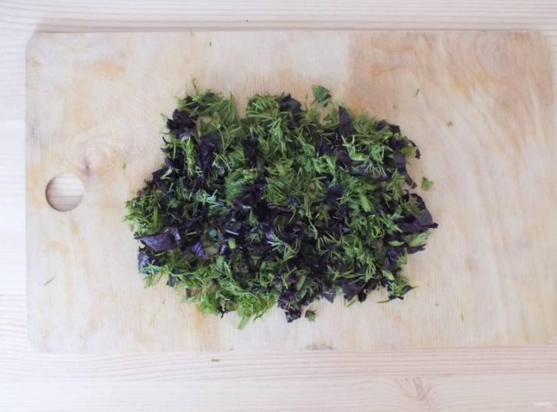Нарежьте мелко укроп и базилик.