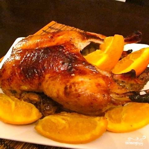 Готовую утку достаем из духовки, находившиеся внутри сельдерей и апельсин выбрасываем, поливаем утку сверху приготовленной нами горячей глазурью - и все, блюдо готово!
