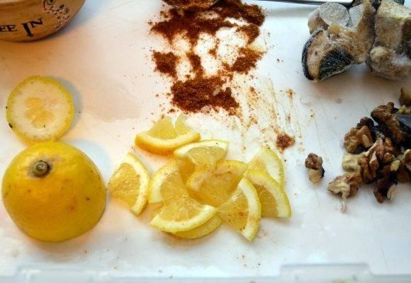 3. Чтобы сделать блюдо более ароматным и пикантным понадобится один белый грибочек, орехи и целый лимон.