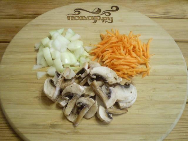 Порежьте грибы и лук. Морковь натрите на терку.