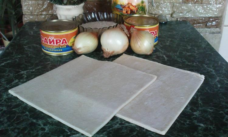 Достаньте тесто из упаковки и выложите его на стол.