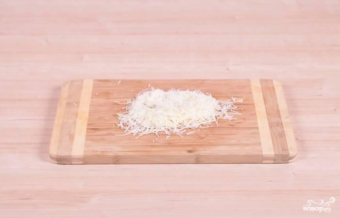 7. Твердый сыр (в данном случае пармезан) натрите на мелкой терке.
